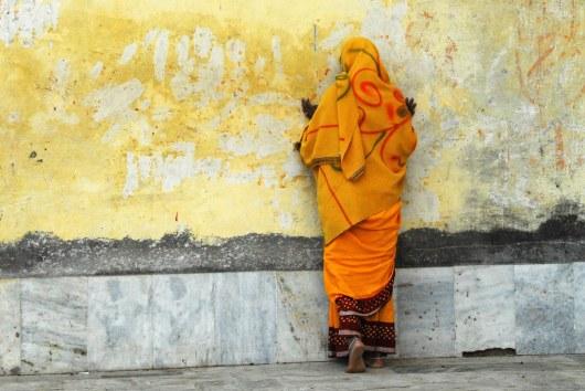 Молитва у храма.